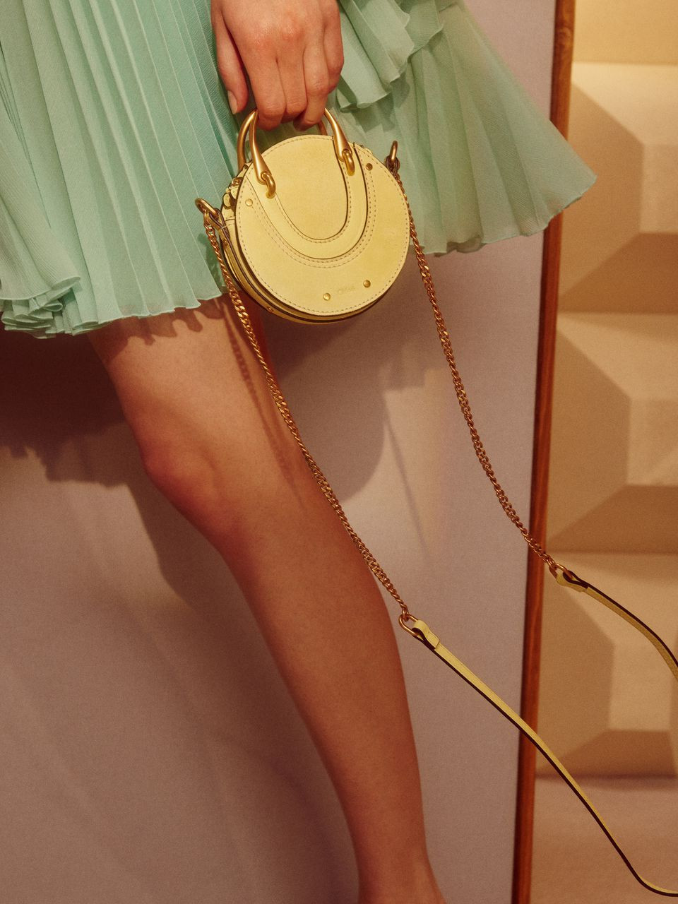 Mini sac Pixie en veau velours avec chaîne bandoulière.