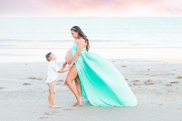 In LOVE 😍 with this beach maternity ses