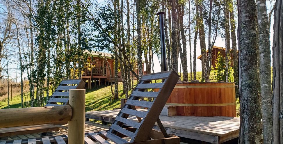Terraza tina y cabañas.jpg