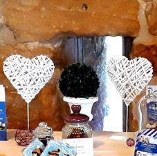 Candybar Dekoration Rattanherzen und Pokal mit Buchskugel