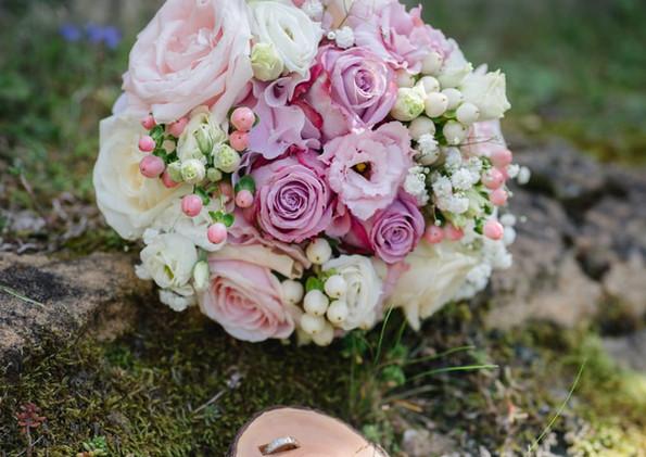 Brautstrauß mit Ringen.jpg