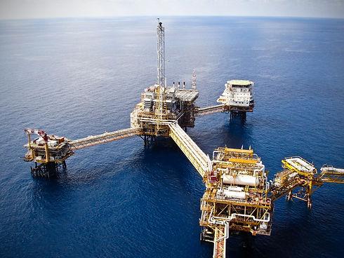Rigs offshore Oil refinery.jpg