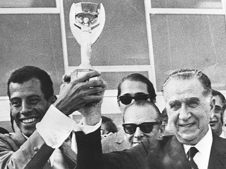 Bolsonaro na festa do Palmeiras. Não é a primeira vez que política e futebol se misturam e nem será