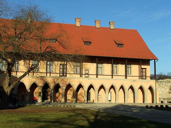 Eger_-_vár_Gótikus_palota_900px.jpg