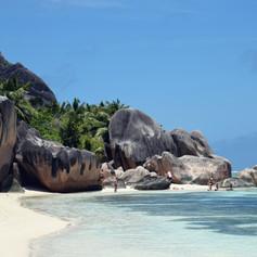 Sziklák a tengerparton. Seychelles-szigetek.