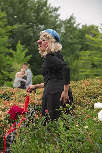 Visite guidée clownesque des jardins de la Maison Folie de Lambersart. Photo : Agnès Weill