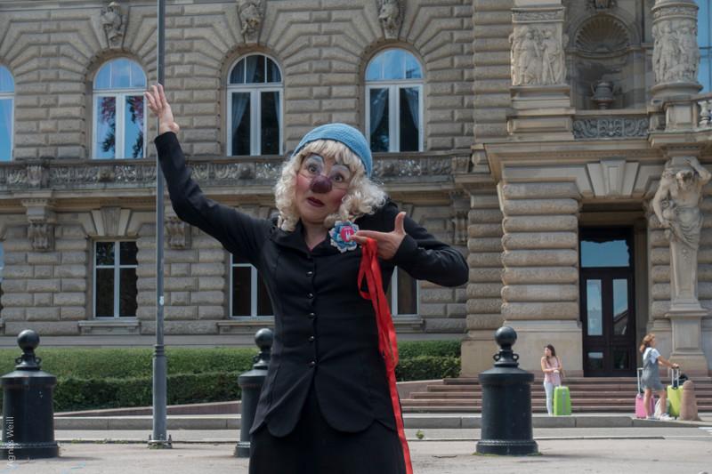 Visites guidées clownesques de la Neustadt à Strasbourg. Photo : Agnès Weill