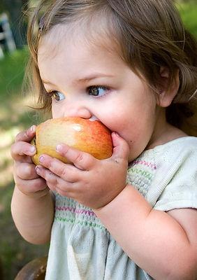 девочка, яблоко, девочка ест