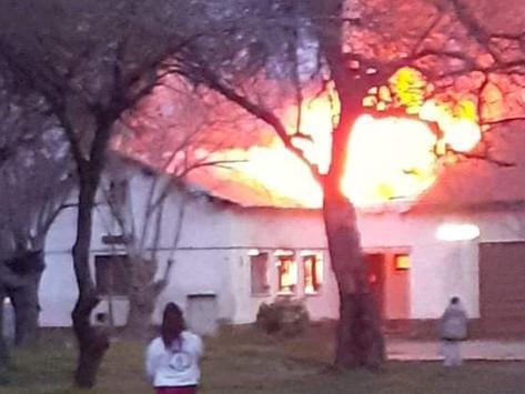 Voraz incendio destruyó instalaciones del Hogar Escuela de Baigorria