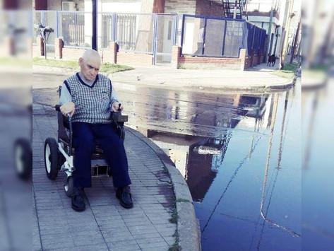 Vecino bermudense en silla de ruedas pide intervención del municipio para poder movilizarse