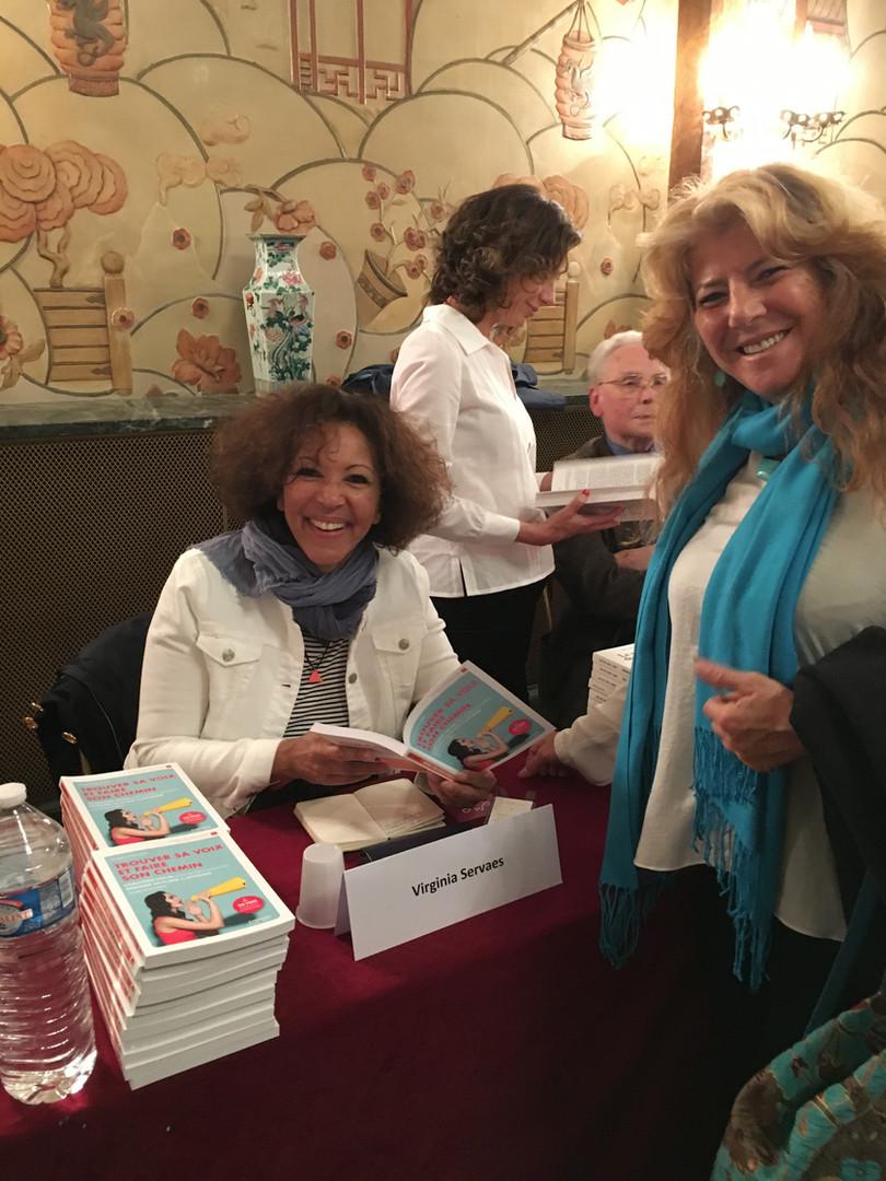 Séance de dédicace au 11ème salon des Femmes de Lettres à Paris.