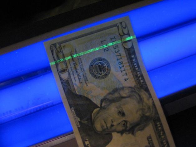1024px-US_$20_under_blacklight.jpg