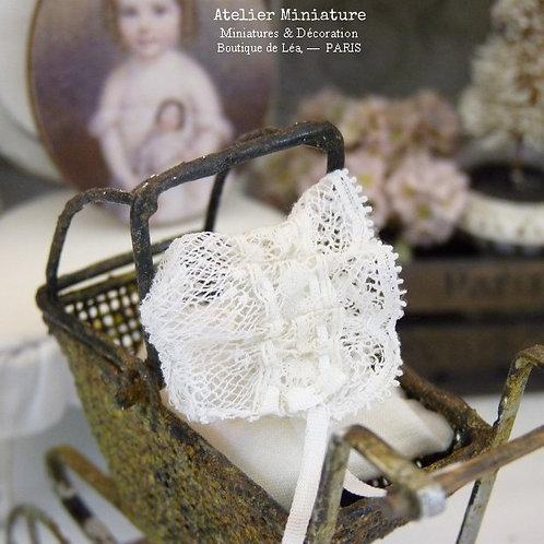 Bonnet de bébé Miniature, Dentelle Ancienne Blanche, Ruban de Soie