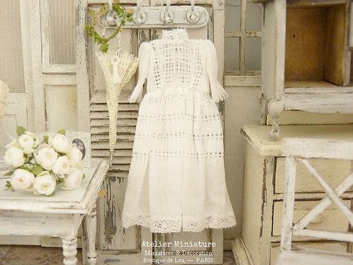 Robe Miniature Blanche, Échelle 1/12