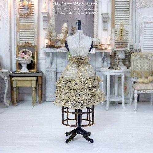 Jupon et Mannequin de Couture Miniatures, Dentelle ancienne, Cage rouillée
