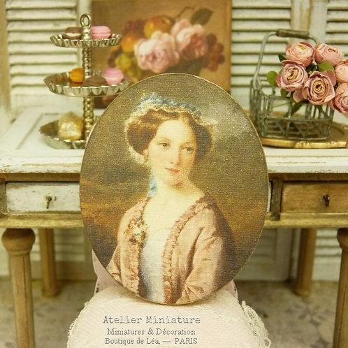 Panneau Ovale Miniature en Bois, Portrait Femme en Robe Vieux Rose, Échelle 1/12
