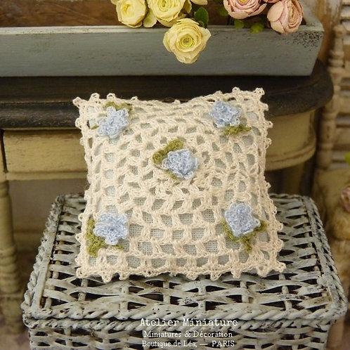Coussin Miniature au Crochet, Roses Romantiques Bleues, Maison de Poupée
