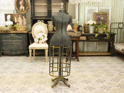 Mannequin de couture miniature de style rétro, Cage rouillée