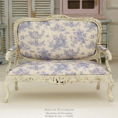 Sofa Louis XV, Toile de Jouy Bleue, Campagne Chic, Maison de Poupée, 1/12