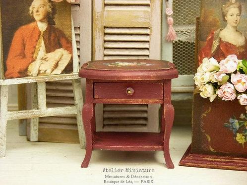 Table chevet miniature, Rouge Bordeaux, Maison de poupée, Échelle 1/12