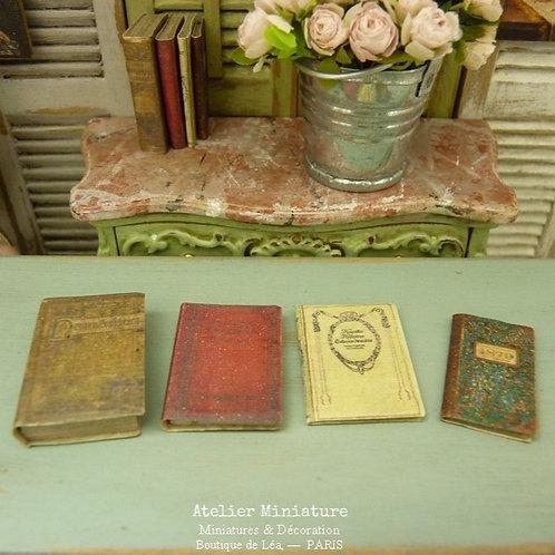 Quatre livres anciens de collection (fermés), Miniatures en papier, Échelle 1/12