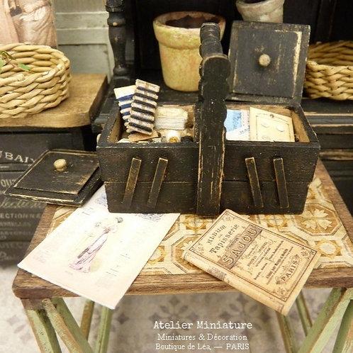 Boîte à Ouvrage & Mercerie Miniature en Bois, Shabby Noir, Mode Illustré