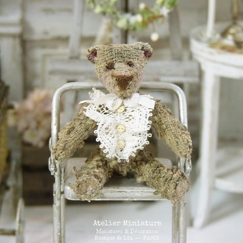 Ourson  Miniature Brun Ancien, Ruban Blanc, Maison de Poupée 1/12