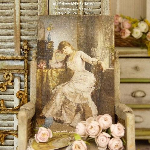 Panneau Miniature en Bois, Jeune femme en Robe Beige, Échelle 1/12