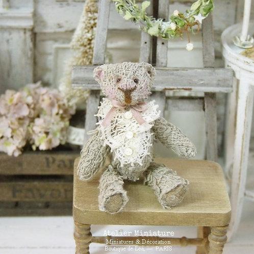 Ourson  Miniature Gris Ancien, Ruban Rose Fané, Maison de Poupée 1/12