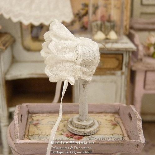 Support en bois et Bonnet de bébé Miniatures, Ruban de Soie
