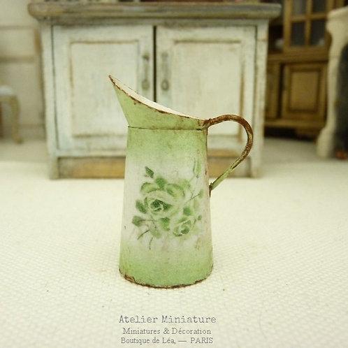 Broc vert miniature, Imitation Émail Rouillé, Roses Vintage, Maison de poupée