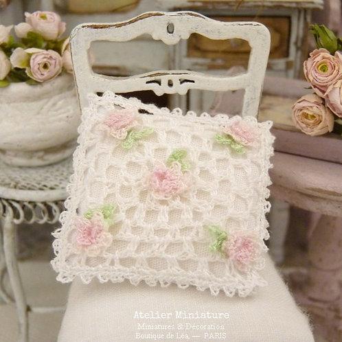 Coussin Miniature au Crochet, Roses Romantiques Rose Pâle, Maison de Poupée