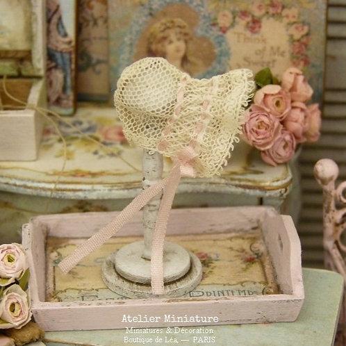 Support en bois et Bonnet de bébé Miniatures, Dentelle ancienne, Ruban de soie