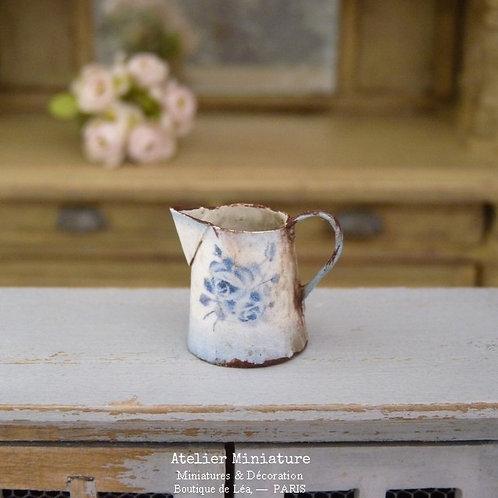 Pichet Bleu Miniature, Imitation Émail Rouillé, Roses Vintage, Maison de Poupée