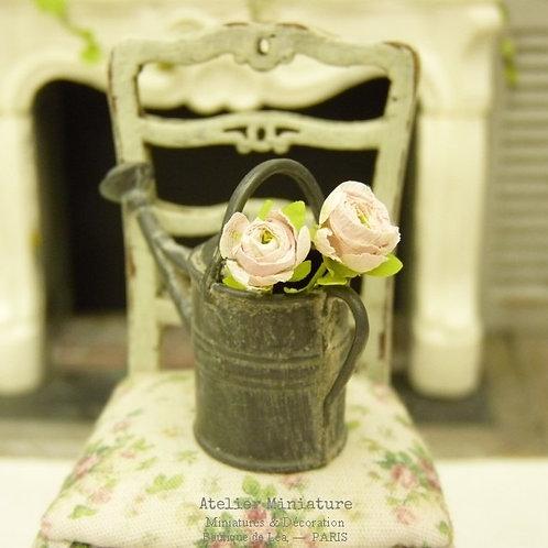 Arrosoir miniature en métal façon zinc vieilli + 2 roses, Maison de Poupée 1/12