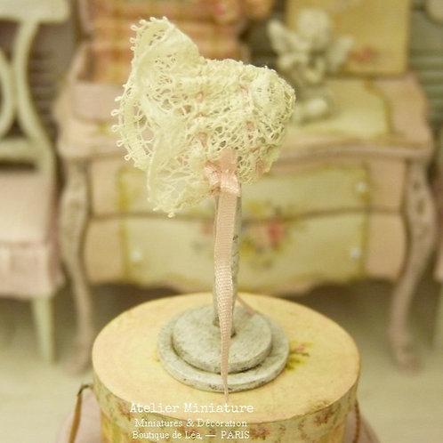 Support en bois et Bonnet de bébé Miniatures, Dentelle ancienne, Ruban Rose