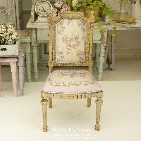 Chaise Miniature de style Louis XVI, Or Vieilli et Rose Fané, 1/12
