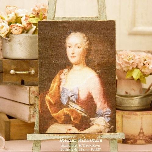 Panneau Miniature en Bois, Femme en Robe Rose et Ruban Bleu, Échelle 1/12