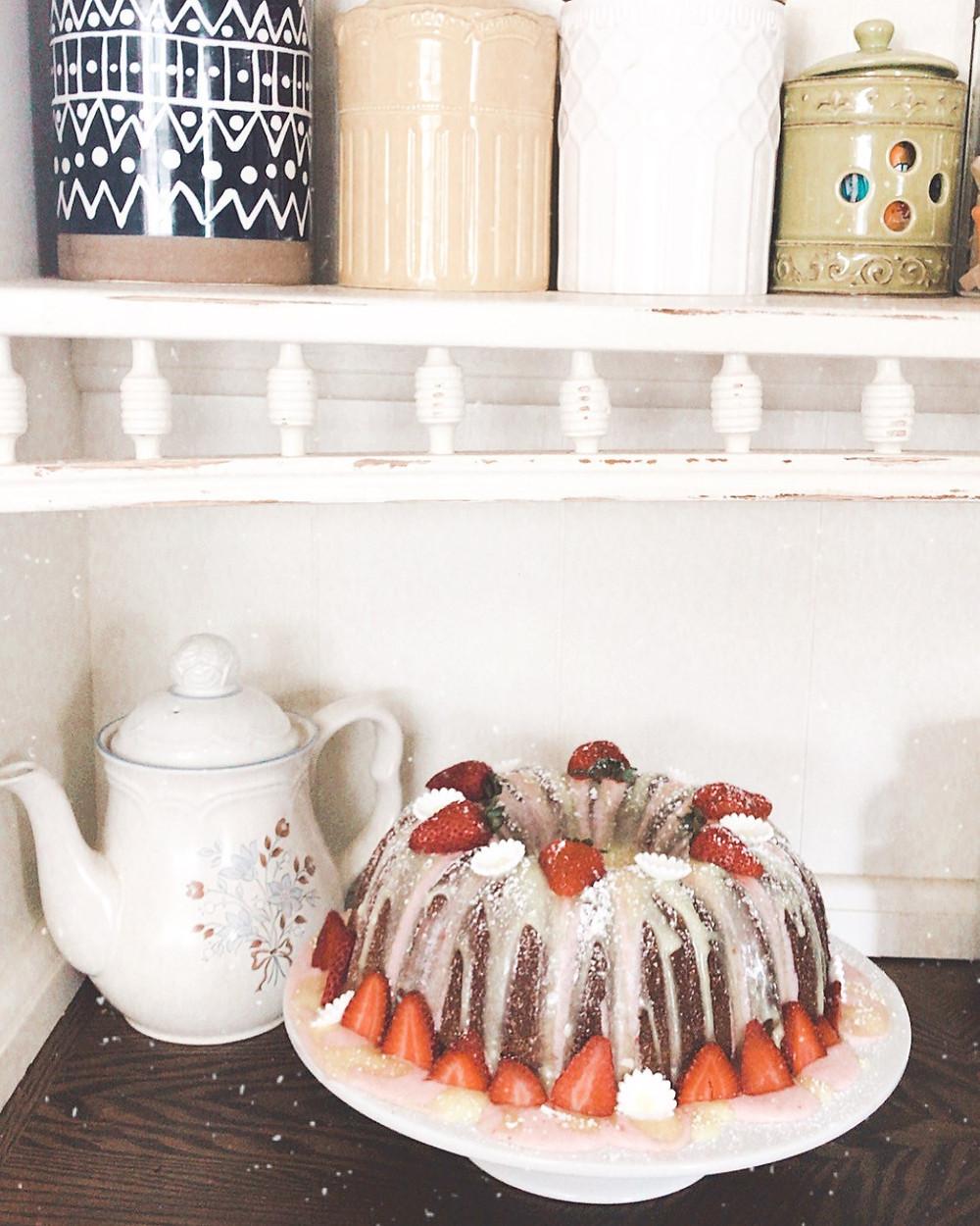 Best White Cake Recipe, White Cake, Vanilla Cake, Birthday Cake, Recipe, Dessert, Cake, Cake stand, lemonade cake, lemon, lemon vitality oil, lemon cake, baking with oils, essential oils