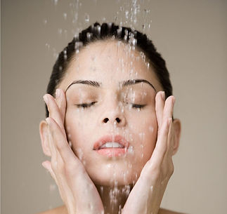 Pese kasvon ennen prolah ripsiseerumin käyttöä