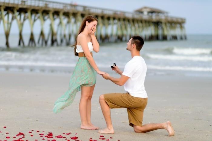 Предложение руки с помолвочным кольцом