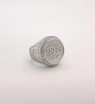 Кольцо с надписью, изготовленное на заказ.