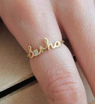 Именное кольцо из золота, изготовленное на заказ.