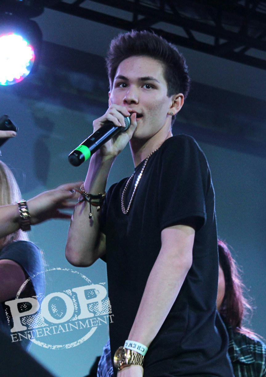Carter Reynolds performs at Fan Rave stop in Freehold, NJ.  Photo copyright 2015 Maggie Mitchell