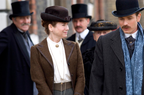 Renee Zellweger and Ewan McGregor star in MISS POTTER.