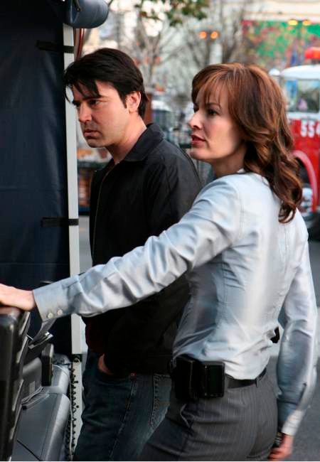 PRIMARY: Matt Flaherty (Ron Livingston, L) and Emily Lehman (Rosemarie DeWitt, R), top-ranked negotiators in the FBI's Crisis Negotiation Unit, work well together until their personal relationship is revealed in the new drama PRIMARY airing this fall on FOX. ©2006 Fox Broadcasting Co. Cr: Michael Becker/FOX.