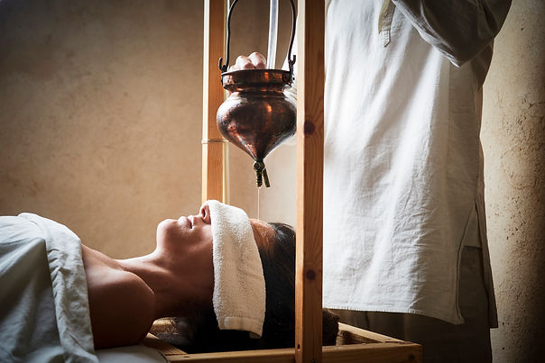 שירודהרה - נסך שמן על העין השלישית | VEDA | איורוודה | רועי רייפלד