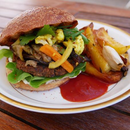 Burger veggie à L'indienne, frites au four.
