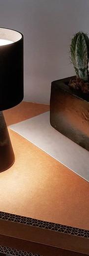 Mikka, una piccola lampada da tavolo, alta solo 21 cm crea un gioco luminoso con un semplice tocco. Disponibile in bianco e nero.
