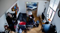 Christoffer, 23, kjøpte leilighet, leier ut til kompis og bor selv på hems i gangen